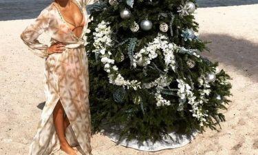 To είδαμε κι αυτό! Πόζαρε στην παραλία με το χριστουγεννιάτικο δέντρο της