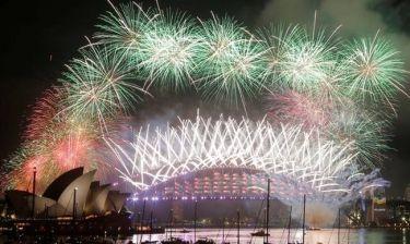 Πρωτοχρονιά: To Σίδνεϊ υποδέχτηκε εντυπωσιακά… το 2017 (pics&vid)