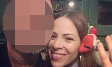 Έλληνας παρουσιαστής δελτίου ειδήσεων ποζάρει αγκαλιά με τη σύζυγό του