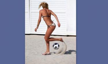 Το γνωστό μοντέλο παίζει μπάλα και… προκαλεί «εγκεφαλικά»!