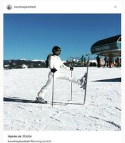 Κάνει σκι και μας δείχνει τ' ανοίγματά της