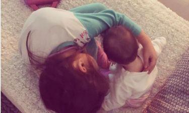 Λιώσαμε με τη φωτό της Καμπούρη - Οι δυο κόρες της παίζουν μαζί