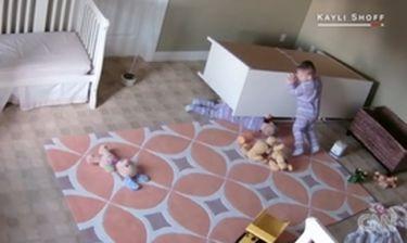 Η απίστευτη αντίδραση ενός δίχρονου όταν έπιπλο πλακώνει τον αδερφό του