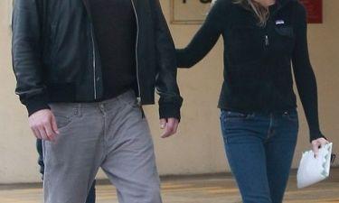 Καμία επανασύνδεση! Ο διάσημος ηθοποιός κυκλοφορεί χέρι-χέρι με νέα συνοδό