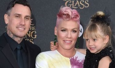 Pink: Η πρώτη της εμφάνιση μετά τη γέννα και οι φωτογραφίες με τον γιο της είναι απλά μαγευτικές