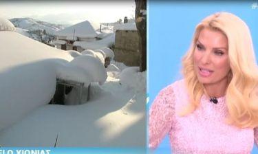 Η μαυρισμένη Μενεγάκη γύρισε από τις Σεϋχέλλες και έπαθε σοκ από τον χιονιά στην Αθήνα