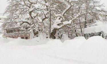 Δε θα πιστεύετε ποιος γνωστός Έλληνας  ψάχνει το αμάξι του στο χιόνι