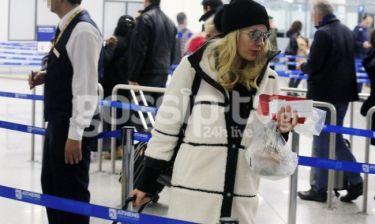 Για πρώτη φορά, Μενεγάκη-Παντζόπουλος στο αεροδρόμιο κατά την επιστροφή από τις Σεϋχέλλες