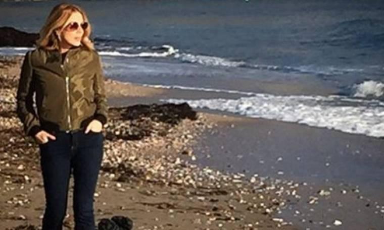 Βόλτα στη Βάρκιζα για την Σμαράγδα Καρύδη