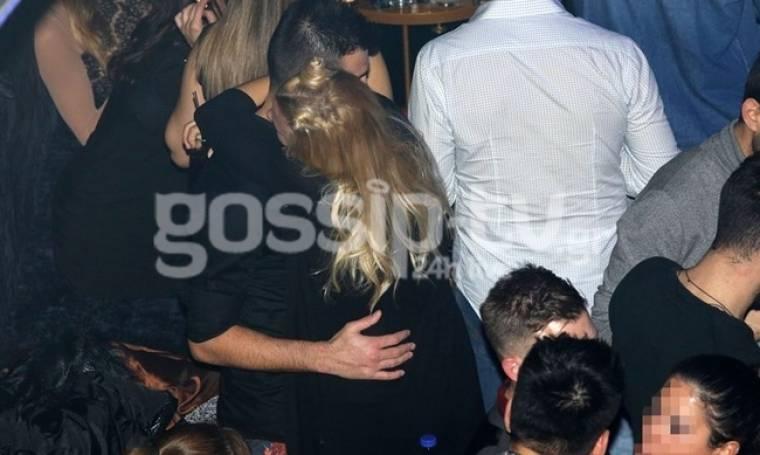 Οι αγκαλιές, τα φιλιά σε νυχτερινό κέντρο και το κλικ του φωτογράφου