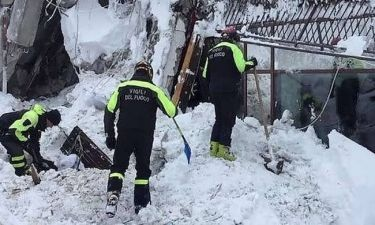 Χιονοστιβάδα - Ιταλία: Βρέθηκαν έξι άνθρωποι ζωντανοί στα συντρίμμια του ξενοδοχείου