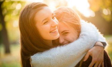 Παγκόσμια Ημέρα Αγκαλιάς: Το ξέρατε ότι η αγκαλιά προστατεύει από τις... ιώσεις;