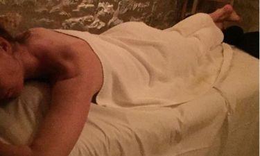 Γνωστή Ελληνίδα χαλαρώνει σε σπα μετά το μασάζ
