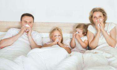 Γιατί οι μαμάδες «κολλάνε» περισσότερες ιώσεις από τα παιδιά σε σχέση με τους μπαμπάδες;