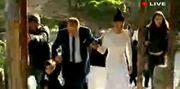 Οι πρώτες εικόνες από τον γάμο Πιερίδη - Κατριβέση. Η νύφη συνοδευόταν από τον γιο της