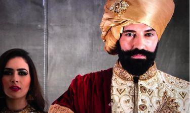 Ο Νεκτάριος Κυρκόπουλος στη φωτογράφιση για την καμπάνια Ινδού σχεδιαστή