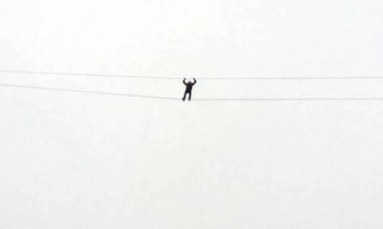 Επιχείρησε να περπατήσει πάνω σε σχοινιά και έπεσε από ύψος 30 μέτρων (vid)
