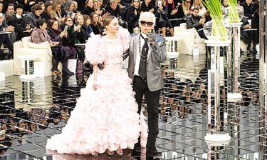 Παγιέτες, πούπουλα και ντεκολτέ στη νέα κολεξιόν του οίκου Chanel