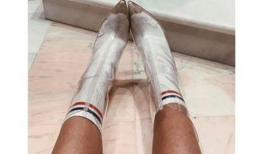 Έβαλε διάφανες μπότες με αθλητικές κάλτσες η...