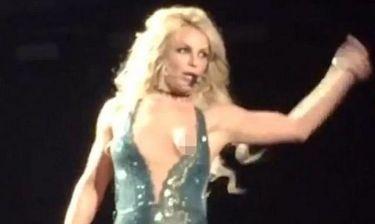 Το αποκαλυπτικό ατύχημα της Britney Spears: Τα έδειξε όλα πάνω στη σκηνή! (video)