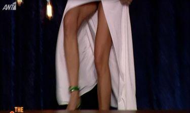 Κατερίνα Λέχου: Έμειναν με το στόμα ανοιχτό στο The 2night show με το βαθύ άνοιγμά της