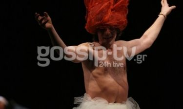 Η λαμπερή θεατρική πρεμιέρα και η... εκκεντρική μεταμόρφωση Έλληνα ηθοποιού επί σκηνής!