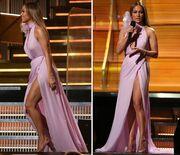 Ώρε μάνα μου! Η Lopez χωρίς σουτιέν και με τεράστιο σκίσιμο στα Grammy
