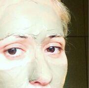 Η Μαρία Μπακοδήμου με μάσκα ομορφιάς