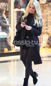 Κατερίνα Καινούργιου: Με total black σύνολο για ψώνια!