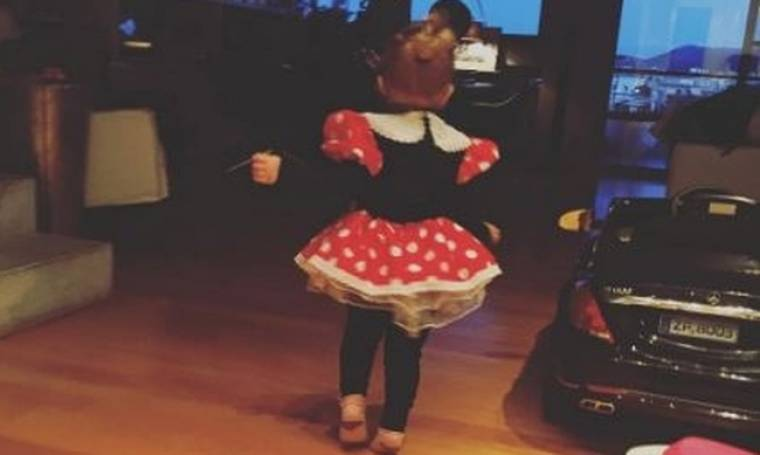 Η πρώτη αποκριάτικη στολή της κορούλας της...