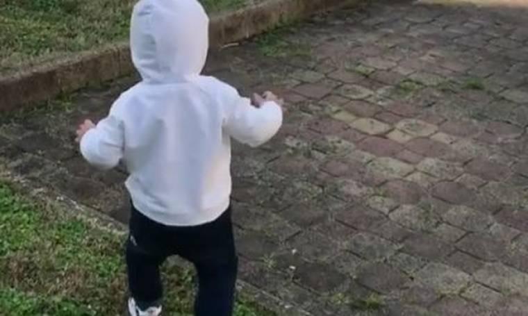 Απολαυστικό βίντεο! Η μικρή της ψάχνει το σκυλάκι!