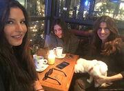 Πόπη Τσαπανίδου: Για καφεδάκι με τις κόρες της (φωτο)