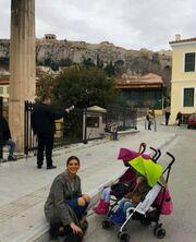 Τσιμτσιλή- Σοφός: Βόλτα στην Πλάκα με τις κόρες τους