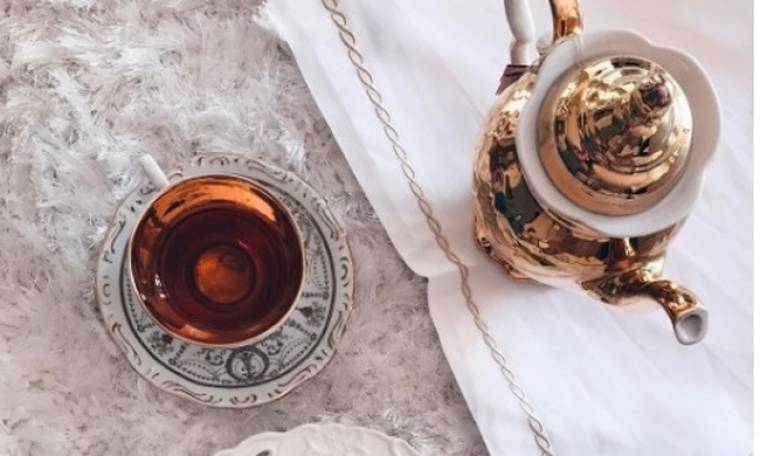 Πίνει βασιλικά το τσάι της η…