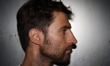 Μάξιμος Μουμούρης: «Κάποιος που δεν στοιχειώνεται από τις ρίζες του και κοιτάζει μπροστά»