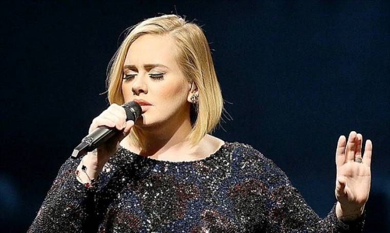 Adele: Το έβαλε σκοπό να αδυνατίσει