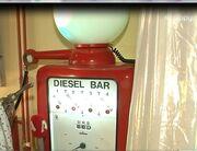 Τι άλλο θα δούμε! Γνωστός Έλληνας έχει στο μπάνιο του ένα παλιό γουόκ και… μία τρόμπα βενζίνης!