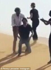Σάλος με πασίγνωστο τραγουδιστή που μιμήθηκε… αποκεφαλισμό του ISIS