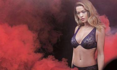 Η Rita Ora διαφημίζει τα νέα της εσώρουχα