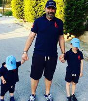 O Γρηγόρης Γκουντάραςμε τους γιους του στο μποστάνι του