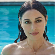 Η Μπελούτσι ποζάρει στην πισίνα του σπιτιού της και προκαλεί εγκεφαλικά στο instagram