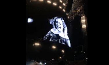 H Adele «τρελάθηκε» και έβαλε τις φωνές σε συναυλία της όταν ένα κουνούπι έκατσε στο χέρι της