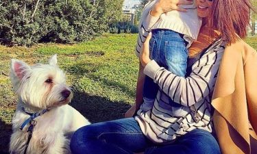 Ελληνίδα τραγουδίστρια απολαμβάνει τη βόλτα της με τον έξι μηνών γιο της