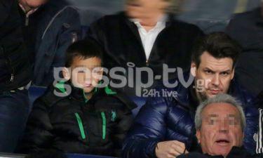Ο Πάνος Κιάμος στο γήπεδο με το γιο του