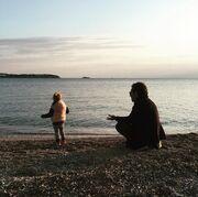 Βίκυ Καγιά: Η τρυφερή φωτογραφία με την κόρη και τον άντρα της δίπλα στη θάλασσα