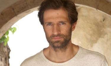 Μάξιμος Μουμούρης: «Οι ηθοποιοί σήµερα αναγκαζόµαστε να τρέχουµε από πρόβα σε παράσταση»