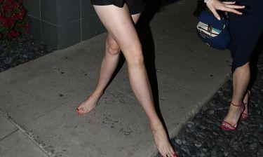 Κόρη πασίγνωστης ηθοποιού βγήκε μεθυσμένη και ξυπόλυτη στον δρόμο