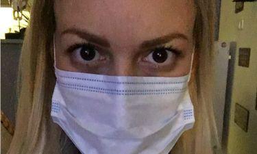 Τι συνέβη στη γνωστή Ελληνίδα παρουσιάστρια και κυκλοφορεί με μάσκα;