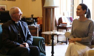 Σκάνδαλο! Η Jolie χωρίς σουτιέν στη συνάντηση με τον Αρχιεπίσκοπο