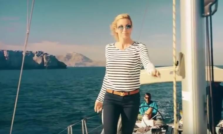 Γιάννα Νταρίλη: Διαφημίζει την Ελλάδα με ένα ιστιοφόρο